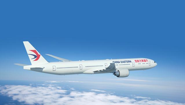 2014年9月24日,西雅图埃弗雷特波音公司今日向中国东方航空(以下简称东航)交付了一架777-300ER飞机,这是东航所订购的20架777-300ER飞机中的第一架。 东航集团总经理、东航股份董事长刘绍勇表示:在波音777 飞机问世20 周年暨777-300ER 机型交付10 周年之际,中国东方航空很高兴迎来首架喷涂公司全新形象标识的波音777-300ER 飞机。这不仅是东航和波音合作历史上的一次飞跃,更是东航优化机型结构、加快国际化运营步伐、全面提升国际竞争力的重要标志。 波音777-300
